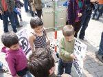 Kinder mit Tafel
