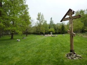 Mahnmal und Holzkreuz